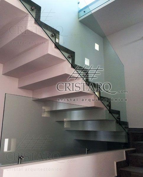 barandal de cristal templado en escaleras de oficinas