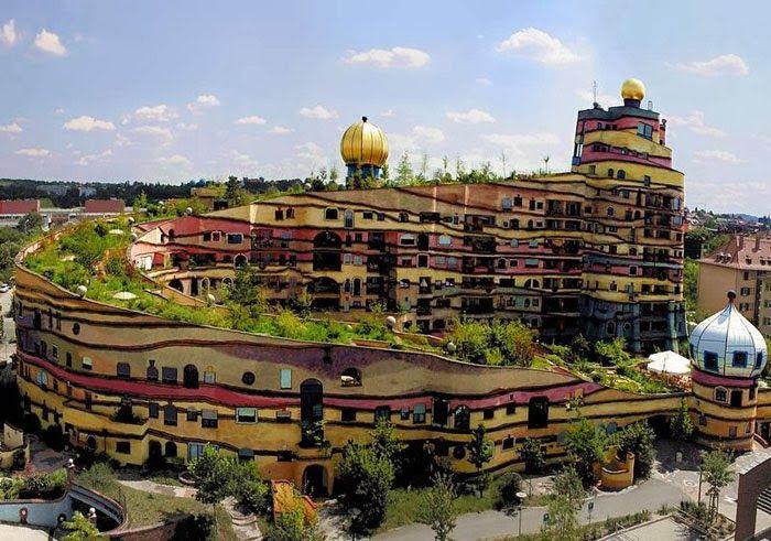 """Waldspirale, Germany  (grazie a soluzioni costruttive eco-sostenibili, si possono oggi recuperare gli spazi verdi portandoli in elevazione sul tetto-giardino, come da suggerimento di Le Corbusier, realizzando i cosiddetti """"giardini pensili"""", oppure facendo seguire al verde il percorso verticale)."""