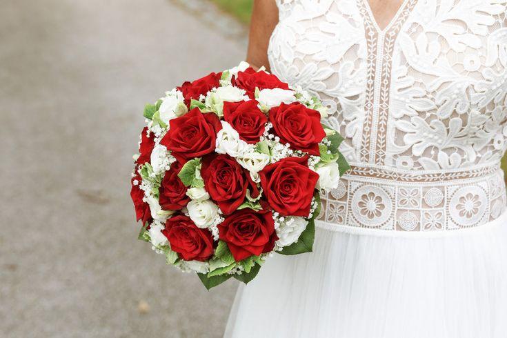 Hochzeit Spitzvilla Traunkirchen Brautpaarshooting im Garten der Spitzvilla, Bra… – Mara Pilz Fotografie