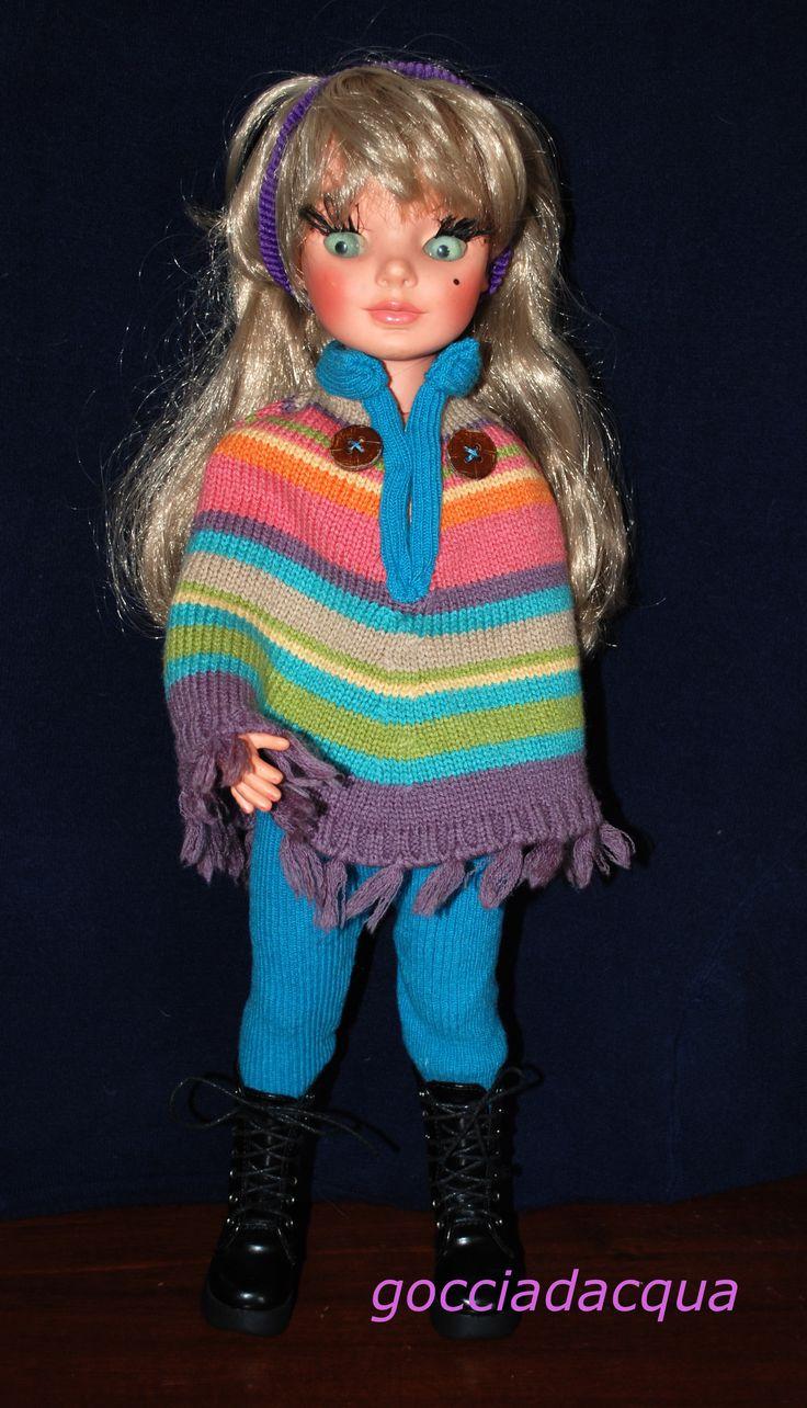 Simona indossa un coloratissimo poncho ispirato allo stile del catalogo 1968 e accessoriato con anfibi neri