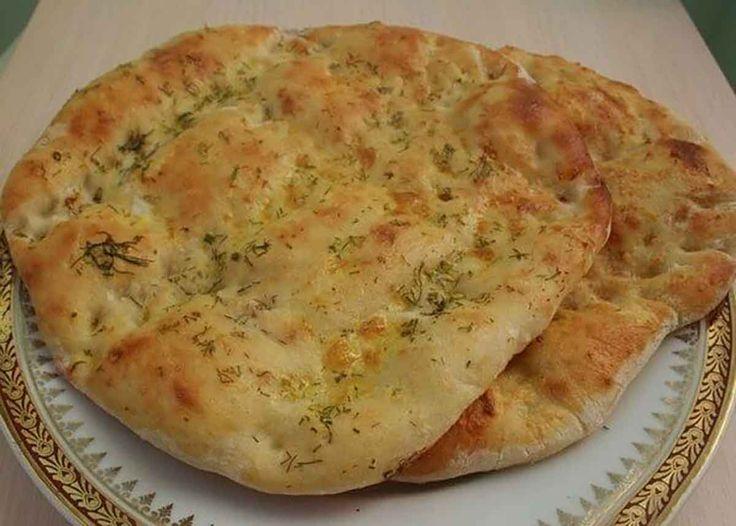 Lipia reprezintă pâinea tradițională turcească, care este dospită, fragedă și pufoasă. Această pâine turcească se prepară foarte ușor și rapid, este delicioasă servităcu brânză și roșii proaspete. Aceste lipii de casă nu se compară cu cele din comerț, deoarece sunt moi, aerisite și proaspete. Răsfățați-vă familia cu lipii apetisante și savuroase! Echipa Bucătarul.tv vă dorește …