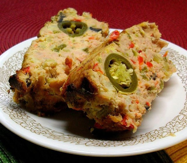 Receta fácil para prepares un pastel de atún con pescado de lata, pan molido, huevo y verdura - plato rico y sumamente ajustable a tus gustos.