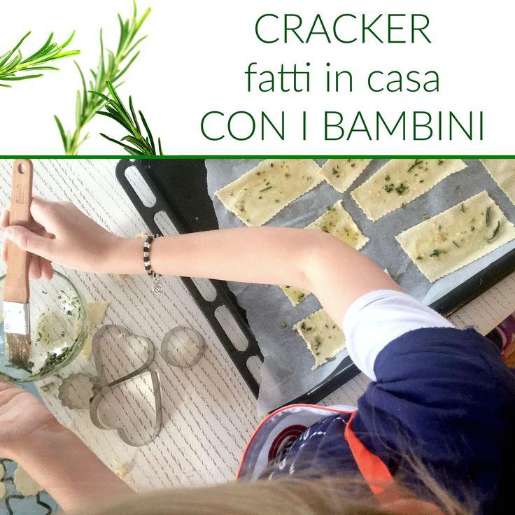 La ricetta dei cracker fatti in casa con i bambini. Ingredienti e procedimento.
