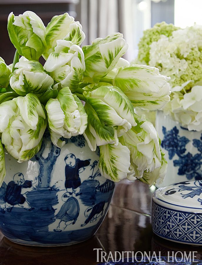 A blue-and-white Chinese cachepot filled with flowers stars as the table's centerpiece. - Photo: Werner Straube