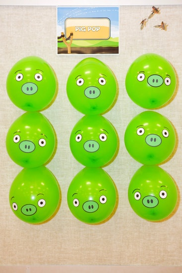 Poncha a los cerditos de #angrybirds con globos verdes, pinta sus ojos, nariz y boca, pégalos y consigue dardos para completar el juego. Los globos puedes conseguirlos aquí http://www.kitfiesta.com/extras/globo-latex