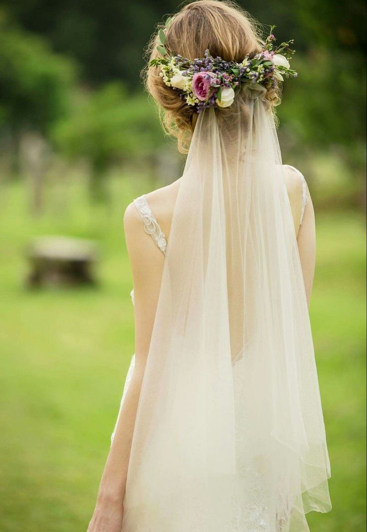 This Is Beautiful I Love The Flowers With The Veil Beautiful Flowers Love Braut Frisuren Short Wedding Hair Veil Hairstyles Bride Hairstyles