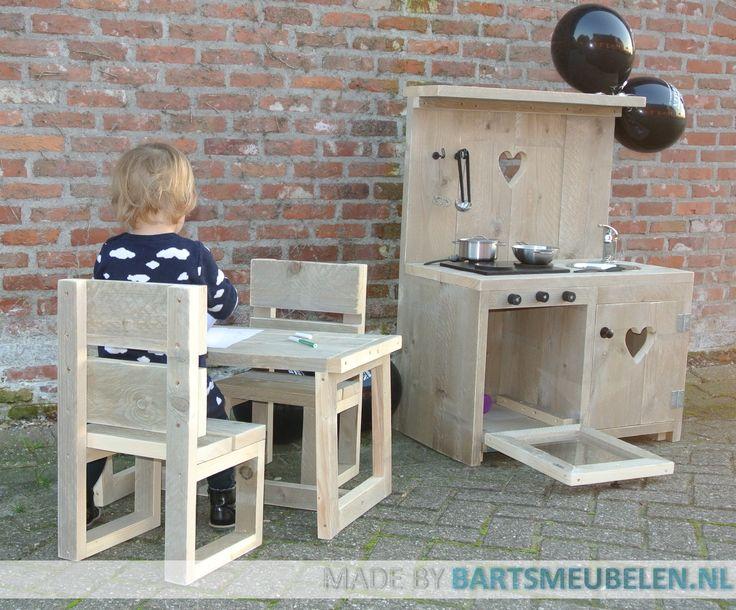 Steigerhouten speelkeuken en een steigerhouten kindersetje - Kindertafel wand ...