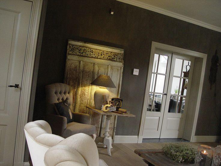 Ingezonden door Pascal en Chantal Smeets: Bij de metamorfose van de woonkamer zijn verschillende verven van Carte Colori gebruikt. Op deze foto van de woonkamer is de muur in Palladio kalkverf geverfd. Al het houtwerk is met Lino zijdemat lakverf geschilderd. De kleuren zijn gekozen omdat ze perfect passen bij de sfeer die ze voor ogen hadden en zijn geadviseerd door Pand 17 Carien Huyskens in Ell, waar ook de verf is gekocht.