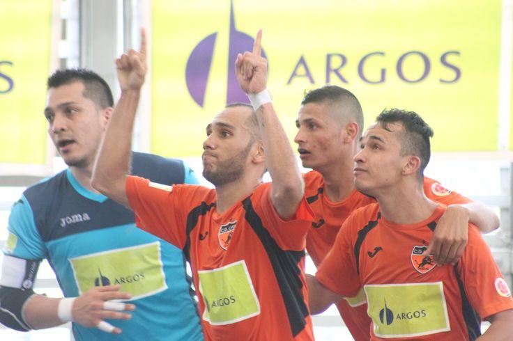 Así celebran los jugadores de Lyon, su primer triunfo en la final de la #LigaArgosFutsal .