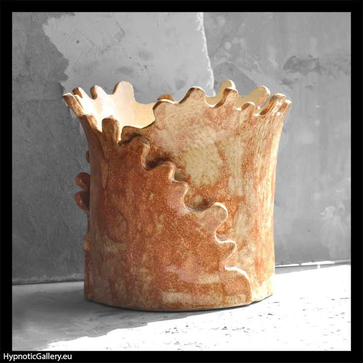 Ceramic patchy flowerpot holder in sandy shades and wavy edges. Ceramiczna plamista osłonka na doniczkę w piaskowych odcieniach z falbaniastymi brzegami.