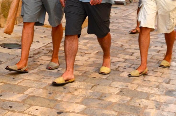 Dans les rues de ciutadella les minorquins portent des for Portent en espanol