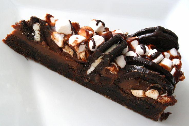Oreo Mud Cake- med krämig choklad, oreo-kakor, och marshmallows och god chokladsås Eftersom vi bakade denna till halloween så hamnade massa otäcka spindlar på den också. ( Finns bl.a att köpa på Ö o B ) Receptet är lånat av bakspecialisten Jessica: Botten: 150 g smält smör 3 dl strösocker … Läs mer