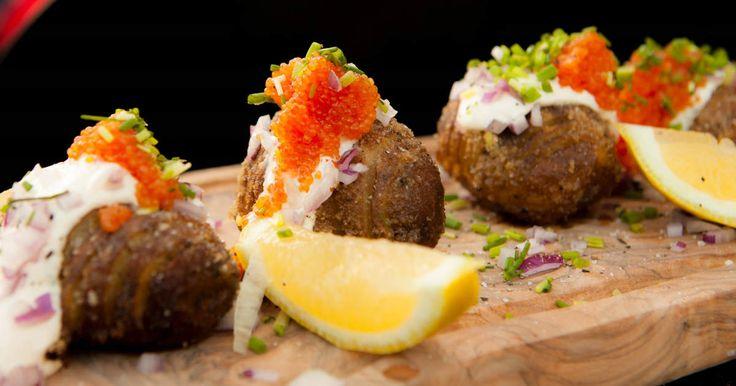 Lyxig förrätt från grillen - hasselbackspotatis som toppas med rom, crème fraiche och gräslök. Slinker ned lätt...