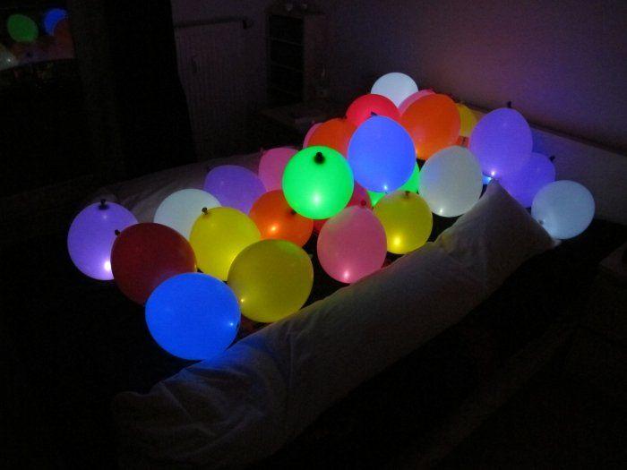 Geef je feestje extra sfeer met deze DIY lichtgevende LED ballonnen! Super eenvoudig maar staat erg mooi!