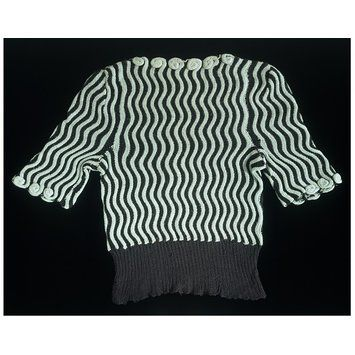 Hand-knitted wool sweater dating from the Second World War. Great Britain, 1942. l Victoria and Albert Museum