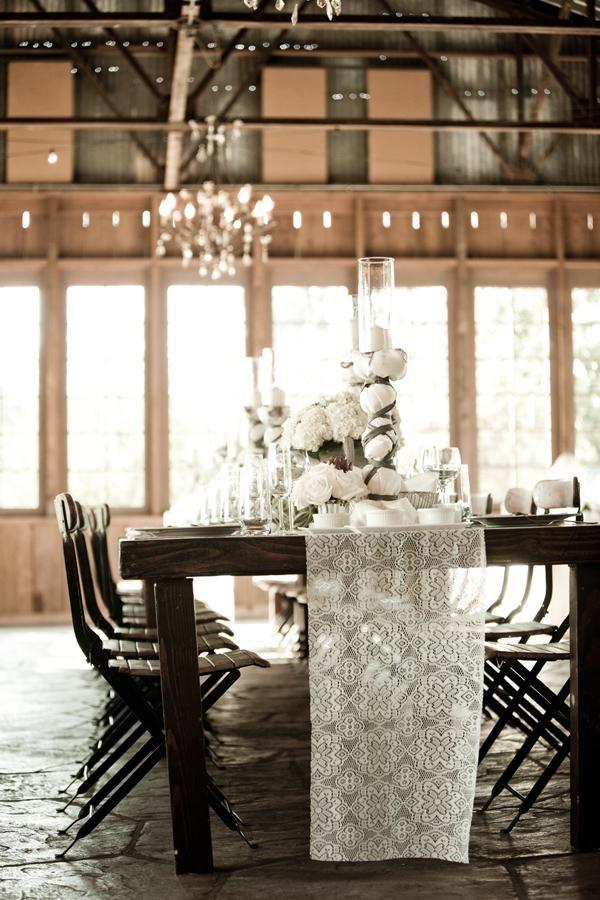Раннер (столовая дорожка) является вариацией узкого наперона, покрывающего поверхность стола. Чаще всего его используют для оформления свадебных столов в ресторанах и на природе. Он хорошо смотрится как на узких длинных столах (выставленных буквой 'П' или 'Т'), так и на прямоугольных, и даже круглых. Раннер может использоваться и поверх скатерти, и без нее, дабы подчеркнуть фактурную поверхность стола.