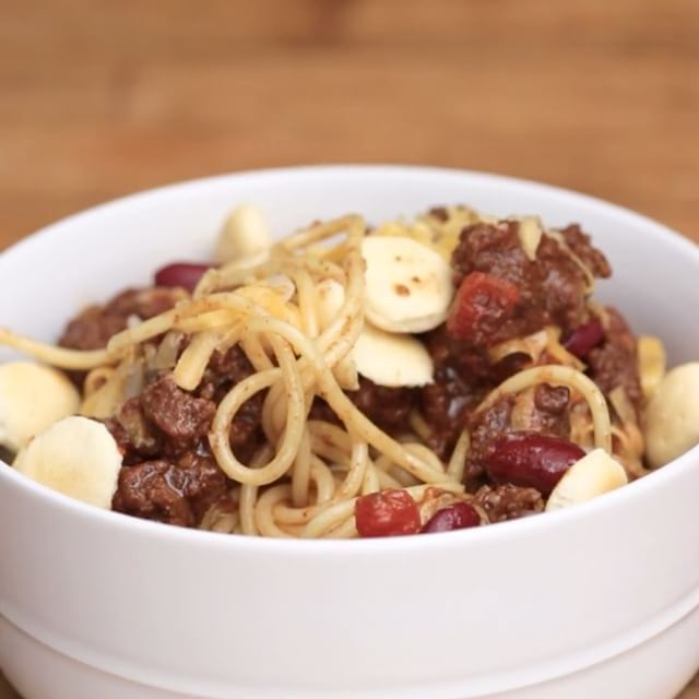 Cincinnati Chili⠀ *Save this recipe on our app! Link in bio.⠀ INGREDIENTS:⠀ 1 ½ lbs lean ground beef⠀ 1 cup white onion, chopped⠀ 3 garlic cloves, minced⠀ 1 tsp salt⠀ ½ tsp cayenne pepper⠀ 1 ½ Tbsp chili powder⠀ 1 tsp ground cinnamon⠀ 1 tsp ground cumin⠀ 2 tsp Worcestershire sauce⠀ 1 tsp ground allspice⠀ 2 Tbsp white vinegar⠀ ½ oz unsweetened chocolate, grated (or 2 Tbsp cocoa powder)⠀ 1 bay leaf⠀ 1 Tbsp brown sugar⠀ 2 cups beef stock⠀ 15 oz canned crushed tomatoes⠀ To serve:⠀ 1 box…