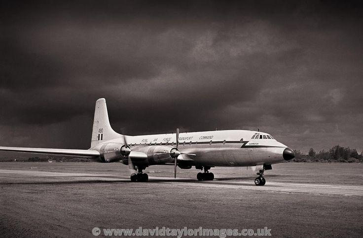 Arriving on three | Britannia XM490 | RAF Changi January 1962