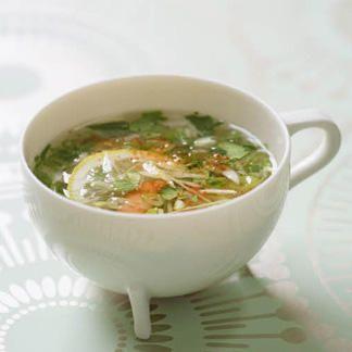 Bouillon à la coriandre, gingembre et crevettes