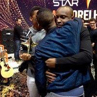 Lucas e Orelha comemoram nos bastidores do SuperStar