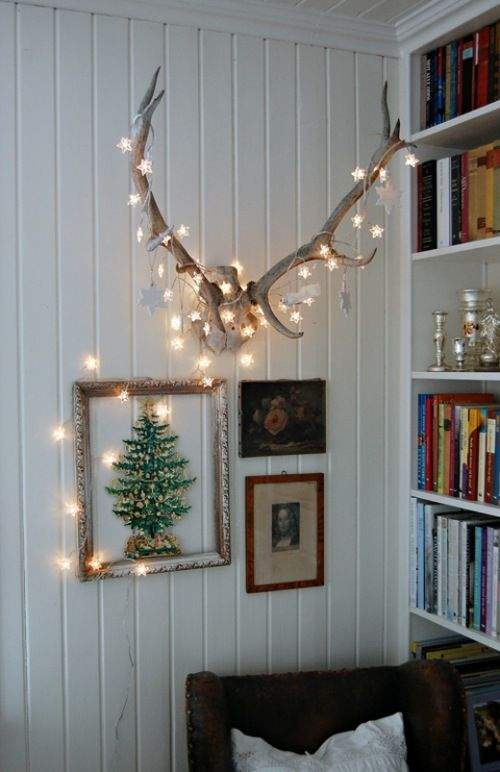 Decoratie met kerstverlichting op gewei