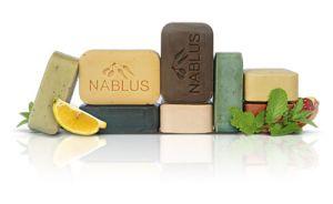 Olivtvål från Nablus är gjord för hand av ett fåtal naturliga ingredienser. Grunden består av en blandning av olivolja och salt.