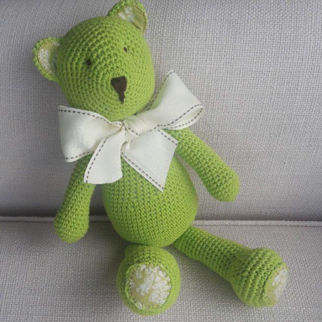 Urso em crochê medindo 38cm com laço, orelhas e pézinhos em tecido. Pode ser feito em outras cores.