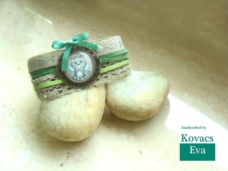 Bőr karkötő kézzel festett medállal,csipkével,szalaggal és masnival. Leather bracelet with hand painted pendant,lace,ribbon and bow.