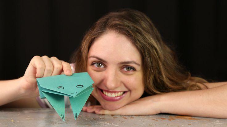 Aprenda a fazer um sapo de papel de origami. Nessa dobradura fácil para iniciantes, em vídeo, você descobrirá passo a passo como fazer o incrível sapo pula-pula. Ah, para quem gosta de origami de animais, veja como fazer um morcego e um dinossauro. Descubra também como fazer embalagens personalizadas com papel.