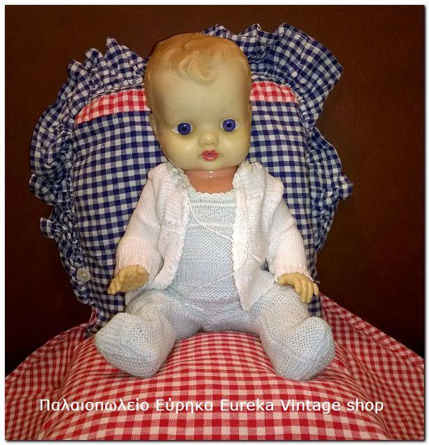Γλυκύτατο και κλασικό κουκλάκι μωρό από την δεκαετία 1960's – 70's. Είναι σε καλή κατάσταση με ελαφρύ συνολικό ξεθώριασμα στο βινύλιο. Είναι όμορφα ντυμένο και συνοδεύετε από μια ιδιαίτερη θήκη-κρεβατάκι κατασκευασμένη από καρό βαμβακερό ύφασμα. Ύψος 24εκ το κουκλάκι