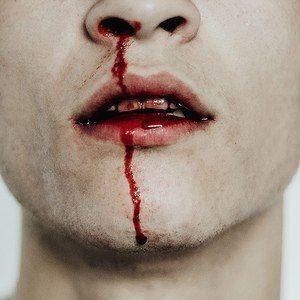 """""""Sie wünschte, sie wüsste nicht, wie sich sein Blut auf ihren Händen anfühlte."""""""