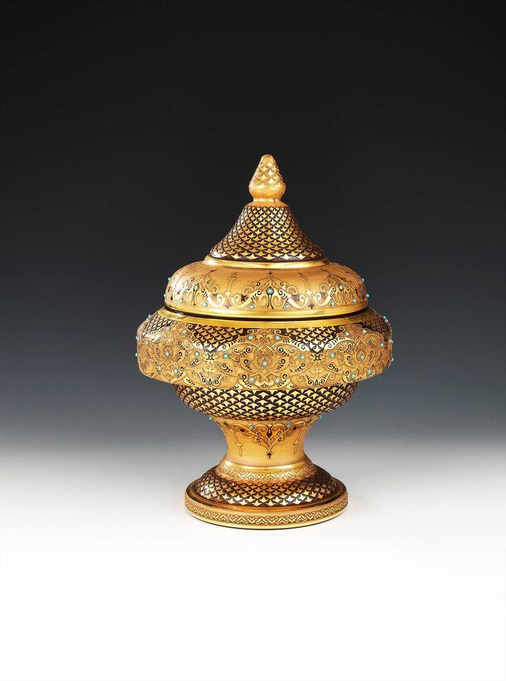 Reyya Buhurdan-1.150,00 TL-Reyya Buhurdanlık üzerindeki desenler, Selçuklu ve Beylikler dönemi mimarisinin ahşap camilerden olan Kasaba Köyü Mahmut Bey Camisi'nin ahşap giriş kapısında bulunan ahşap oyma desenlerinden esinlenilerek oluşturulmuştur. Reyya Buhurdanlık, el imalatı camdan üretilmiştir ve üzerindeki rölyef desenlerin tümü el işçiliği ile 24 ayar altın yaldız kullanılarak dekorlanmıştır.