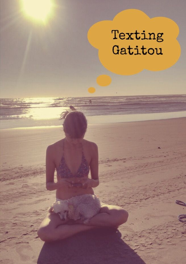 Texting Gatitou. Playa time