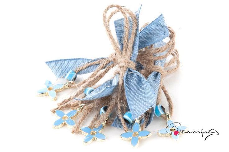 Μαρτυρικά σταυρός με γαλάζιο σμάλτο, γαλάζιο ματάκι, κορδελίτσα και λινάτσα.  Η τιμή αφορά τεμάχιο. Ελάχιστη ποσότητα 50 τεμάχια.