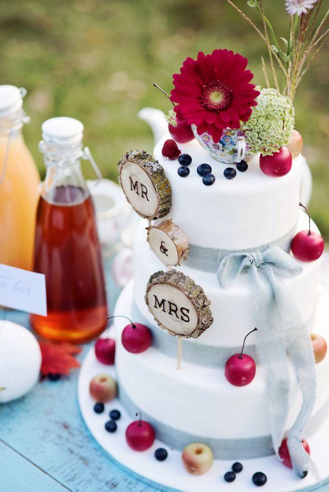Een te gekke bruidstaart met natuurelement #bruidstaart #boomstam #fruit #bloemen #bruiloft #trouwen #inspiratie #styled #shoot #bourgondisch #swalmen #bos #natuur #rustiek Bourgondische styled shoot in het bosrijke Swalmen | ThePerfectWedding.nl | Fotocredit: RuudC Fotografie | Bruidstaart: Cupcakefun