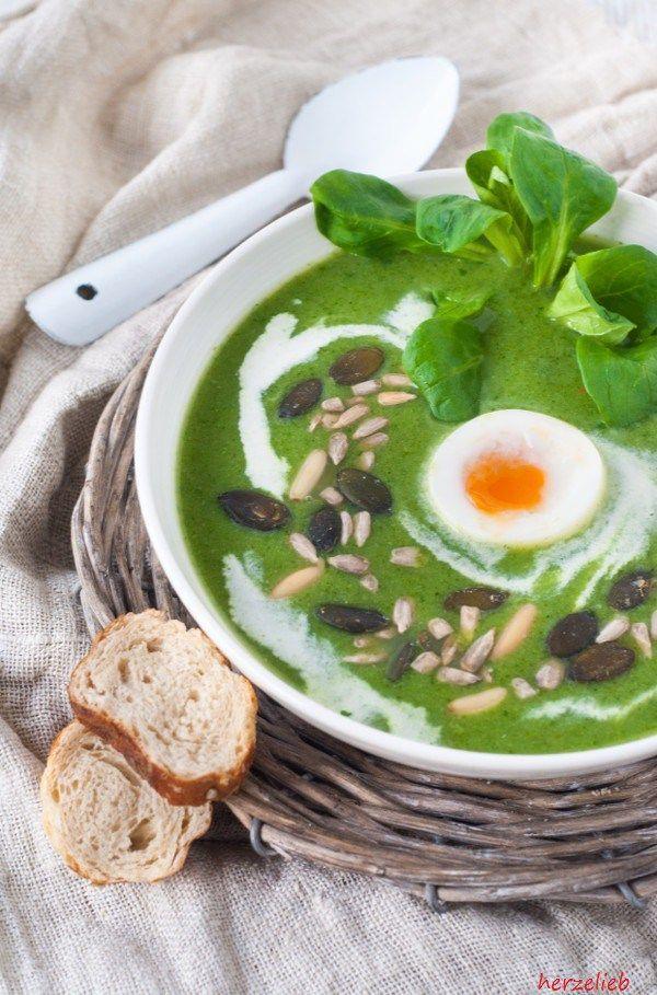 Broccoli Feldsalat Suppe mit Käse und Nüssen