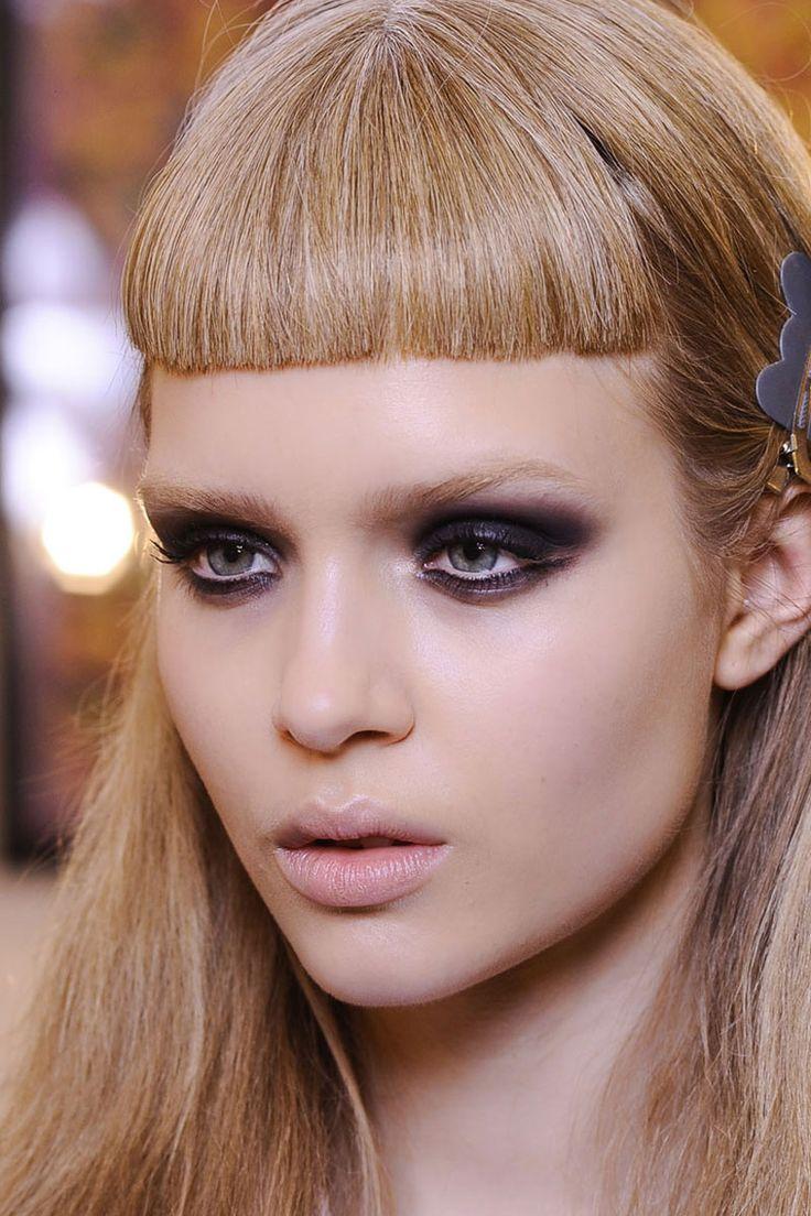 Las mezclas de maquillaje que funcionan en el backstage: base de maquillaje más lápiz negro para crear un efecto ahumado