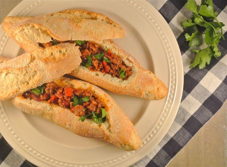 Lekkere gevulde broodjes met gehakt, paprika, rode peper en kruiden. Je kan deze broodjes serveren als uitgebreide lunch of als een simpele hoofdmaaltijd met een salade erbij. Tijd: 15-20 min. Recept voor 4 broodjes Benodigdheden: 300 gram (mager) rundergehakt 1 rode peper halve rode paprika halve rode ui 2 eetlepels tomatenpuree 1 theelepel koriander snufje …