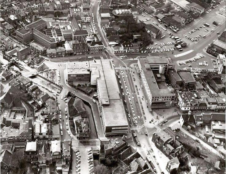 Mooie luchtfoto van de binnenstad van Almelo. Parkeerplaatsen in de Grootestraat gedempte haven industrie aan de haven etc.