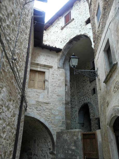 Uno scorcio del Borgo di Navelli #abruzzo #travel #italy #navelli #zafferano #borghipiubelliditalia #borgo #abruzzosegreto