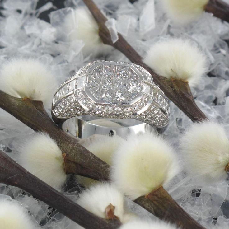 Bague Diamants Princesses.  Les sertis invisibles apportent beaucoup de raffinement et un style très moderne.  http://www.bijouxbaume.com/bague-diamants-princesses.htm