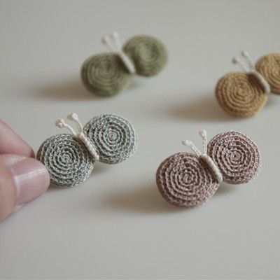 ao with ♥ / crochet flutterby brooches | craft-trade.org