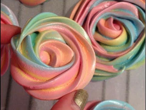 Meringhe arcobaleno a forma di rose