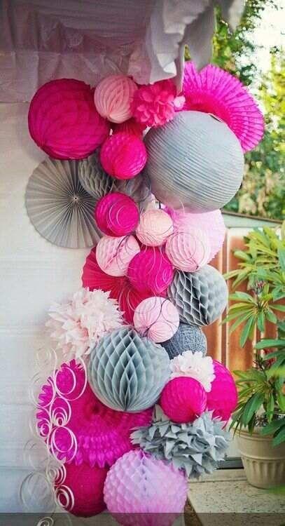 Jolie grappe de boules alvéolées et de pompons fuschia et gris.  #boulesalvéolées #pompons