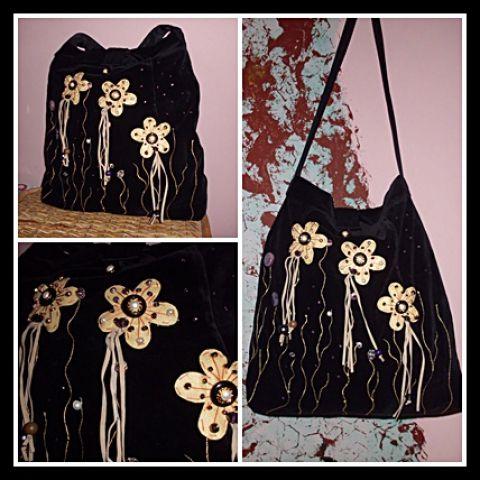 Bérsony táska, Táska, Ruha, divat, cipő, Baba-mama-gyerek, Válltáska, oldaltáska, Fekete bársonyból készült ez a táska,filc virágokkal és kézi diszitéssel.Különfle gyöngy..., Meska