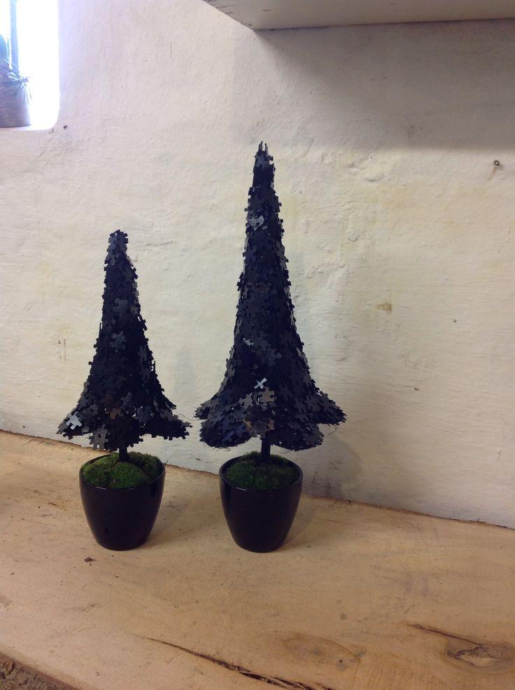 """Juletræer lavet af puslespilsbrikker sprayet sort. Julen 2013 fra """"Bonderosen"""""""