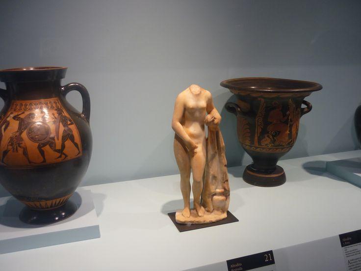 AFRODITA DESNUDA, considerada la estatua mas bella, se trata del baño ritual que le permitía renovar su potencia erótica.