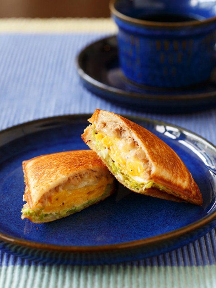 表面はカリッと中はとろ〜り、ジューシーに蒸し焼きに。具だくさんなホットサンドは朝のごちそう!|『ELLE a table』はおしゃれで簡単なレシピが満載!