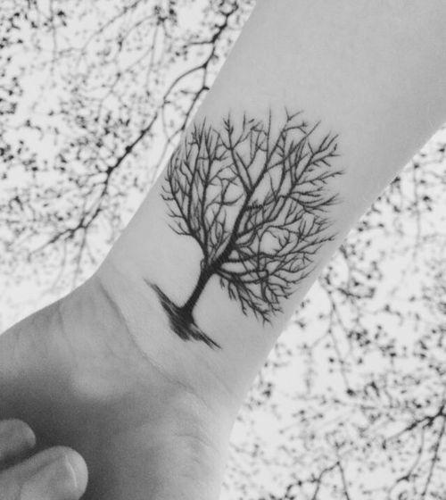Los tatuajes de árboles  son un símbolo de la armonía entre el cielo y la tierra, ya que el árbol conecta estas dos partes de la naturaleza con sus raíces y su copa. Las personas que son muy centradas y fuertes suelen también tatuarse un árbol. Otro significado puede ser el del árbol genealógico, que simboliza los vínculos familiares y su descendencia.