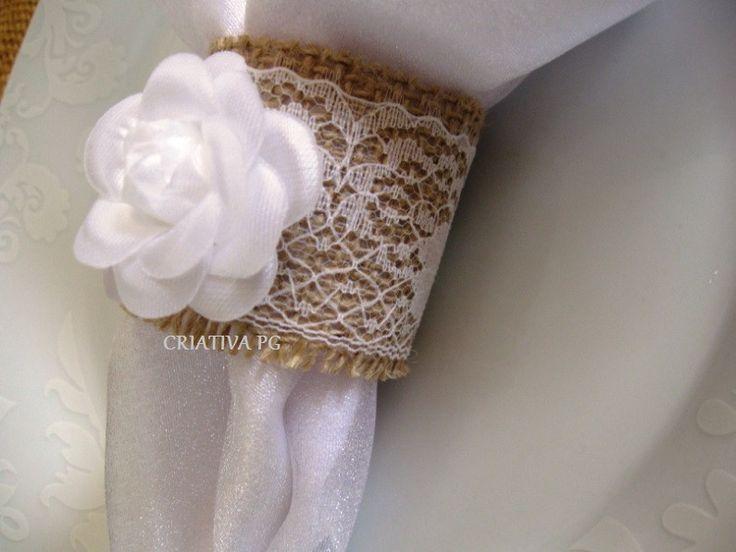 Porta guardanapo rustico, produzido com juta, renda e flor. Ideal para casamentos e eventos. Produzimos com flores na cor Dourada, Prata ou Branca, consulte-nos. Pedido mínimo 50 unidades.
